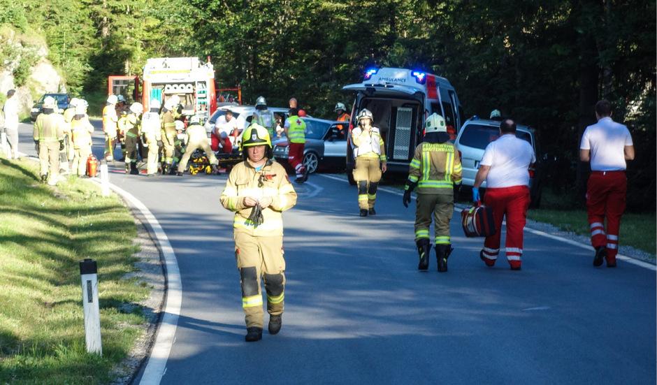 Bei einem Frontalzusammenstoß auf der Planseestraße wurden mehrere Personen verletzt.