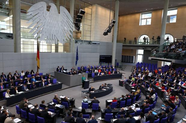 Merkel spricht im Bundestag.