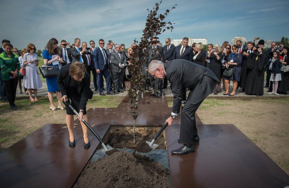 Doris Schmidauer und Bundespräsident Alexander Van der Bellen am Freitag anlässlich der Gedenkfeier im Vernichtungslager Maly Trostenez (v.l.).
