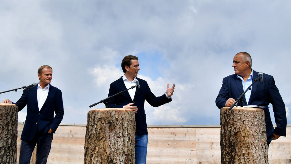 Der Dachstein zeigte sich nicht zur Pressekonferenz von Ratspräsident Tusk, Kanzler Kurz und Bulgariens Premier Borissow, dafür eine Handvoll Demonstranten (siehe unten).