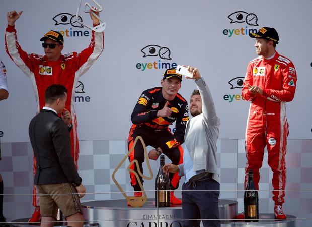 Marcel Hirscher ergatterte bei der Siegerehrung ein Selfie mit Sieger Max Verstappen. Andreas Gabalier gratulierte Kimi Räikkönen (l.) und Sebatian Vettel (r.).