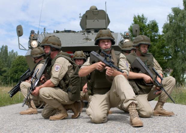Jeder Soldat (hier vor einem Pandur-Radpanzer) fängt einmal klein, nämlich als Rekrut, an. Dem widmet sich im ÖVP-Klub nun ein eigener Sprecher.