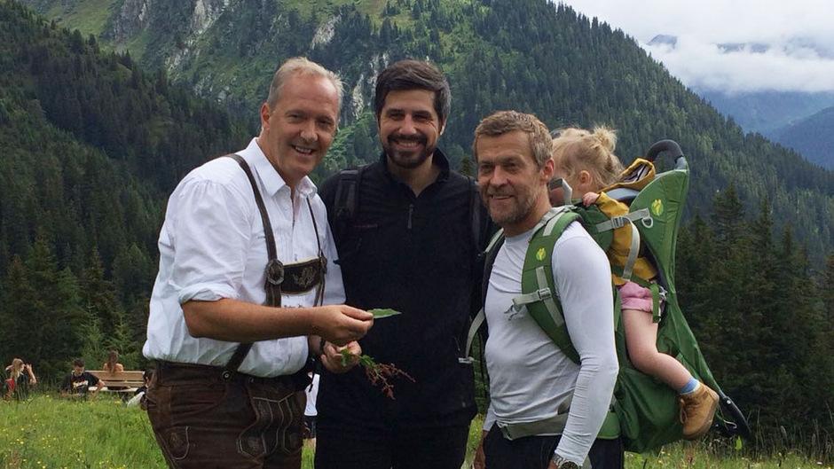 Sternekoch Martin Sieberer zeigte seinen Kollegen Sven Wassmer aus der Schweiz und Michael Wignall aus Großbritannien (v.l.) den Reichtum an Kräutern in den Tiroler Alpen.