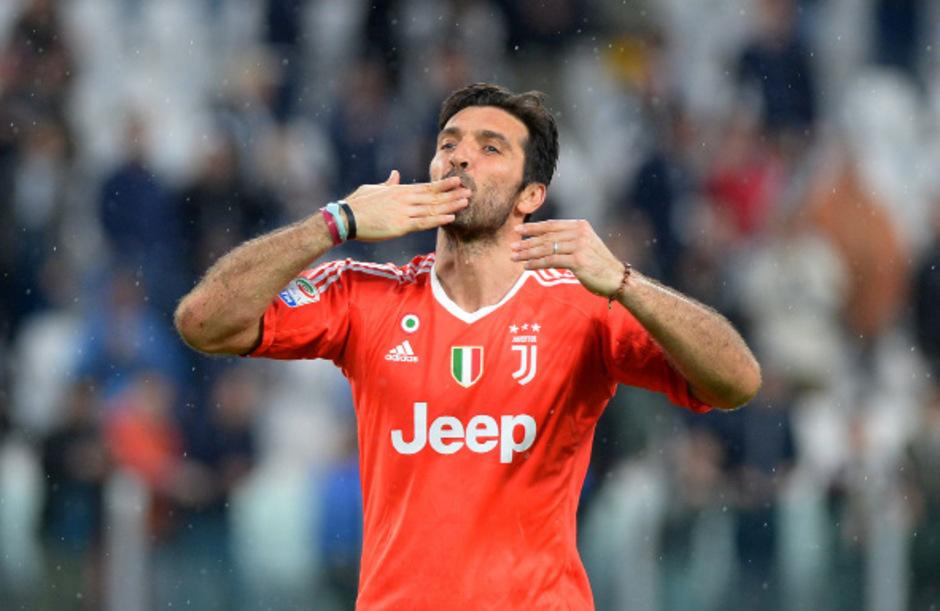 Abschied mit Küsschen: Buffon verließ Juventus mit Saisonende und schließt sich PSG an.