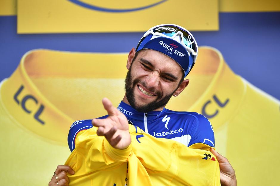 Der Kolumbianer Fernando Gaviria darf sich das Gelbe Trikot überziehen.