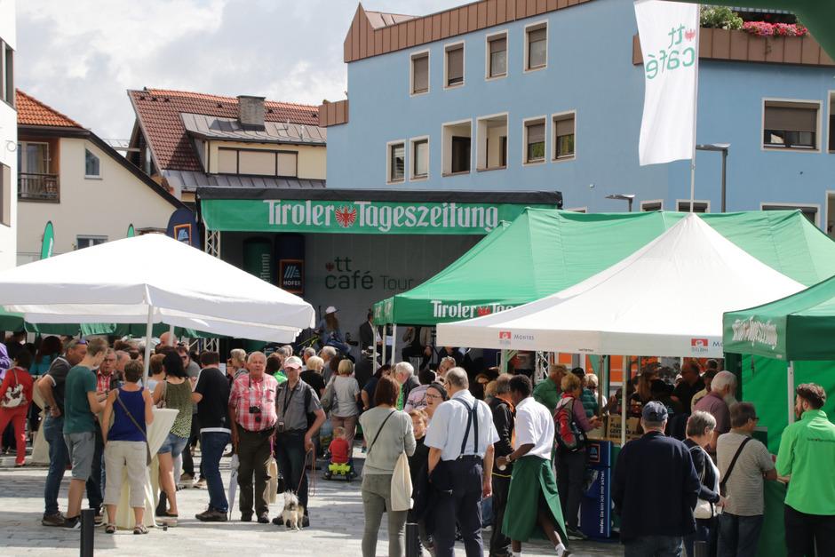 Enormer Publikumsandrang auf dem Oberen Sparkassenplatz beim TT-Café 2018: ein gemütlicher Treff von TT-Abonnenten und TT-Lesern. Weitere Bilder gibt es in der Bildergalerie.