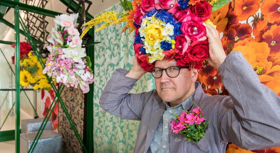 Fotogen: In den Kristallwelten inszenierte Simon Costin Blütentürme als Hüte.