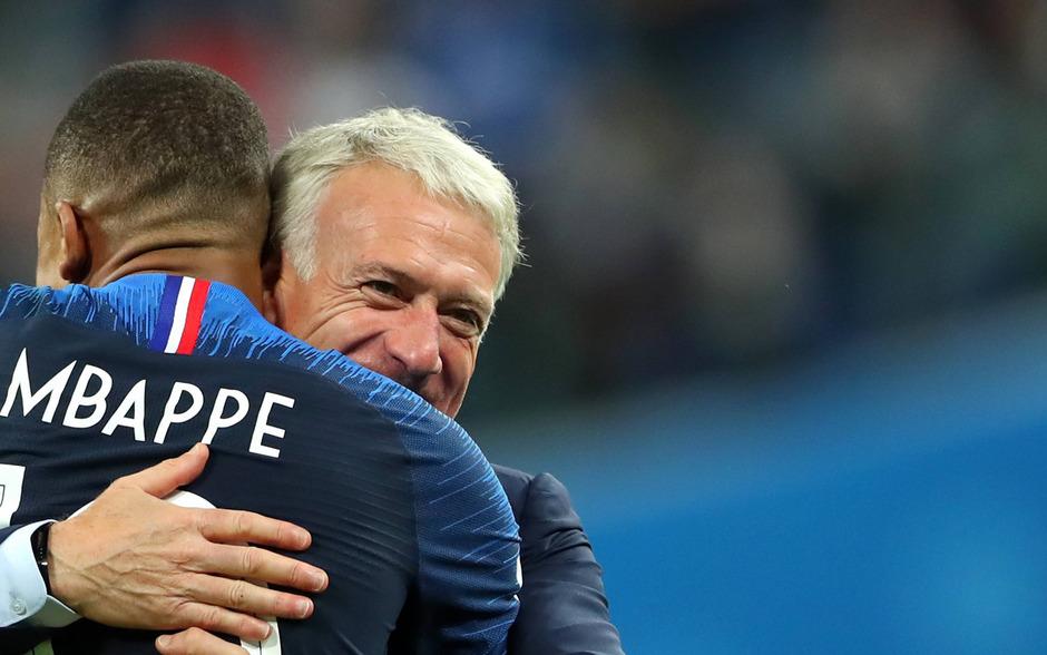 Coach Didier Deschamps herzt seinen Jungstar Kylian Mbappe.