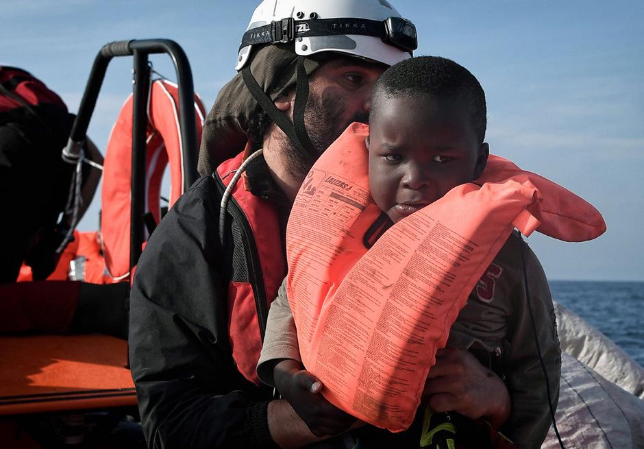 Während die zwölf in einer thailändischen Höhle eingeschlossenen Buben für Aufsehen gesorgt haben, sind im Mittelmeer Hunderte Migranten – darunter viele Kinder – ertrunken.
