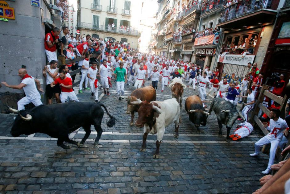 Jedes Jahr werden acht Tage lang  jeweils sechs zum Teil über 600 Kilogramm schwere Kampfbullen und auch mehrere Leitochsen von Hunderten Männern und auch von einigen Frauen für die Stierkämpfe am Abend durch engen Gassen in die Arena gejagt.