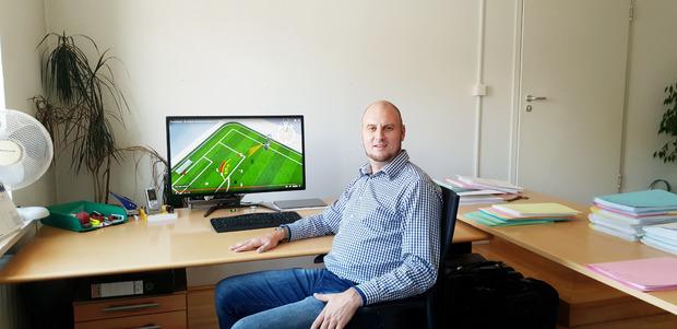 Natalis Ganzer aus Matrei in Osttirol will mit seiner Erfindung, den Freekick-Laser, den Fußballsport verändern.