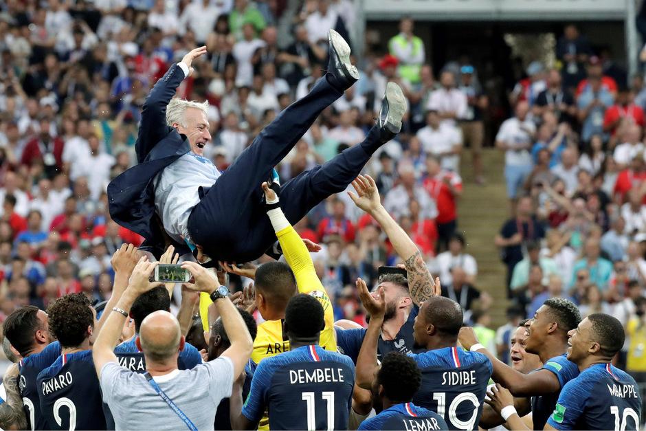 Didier Deschamps wurde von seinen Spielern gefeiert.
