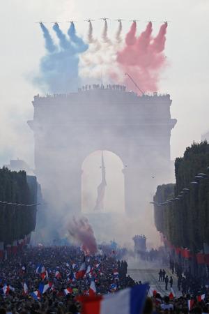 Militärjets stiegen auf und zeichneten die Nationalfarben auf den Himmel über dem Triumphbogen.