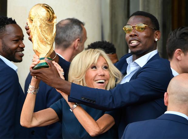 Paul Pogba hielt mit Frist Lady Brigitte den Pokal.