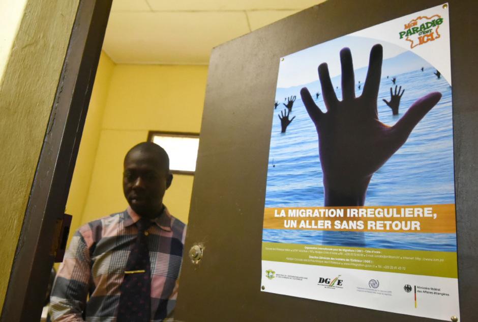 Büro einer NGO im afrikanischen Staat Elfenbeinküste, wo vor der Flucht über das Mittelmeer gewarnt wird.