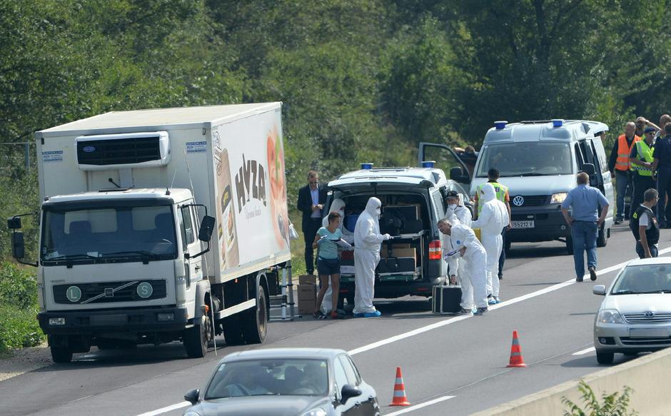 Ermittler der Polizei öffneten 2015 den abgestellten Lkw und fanden 71 Leichen.