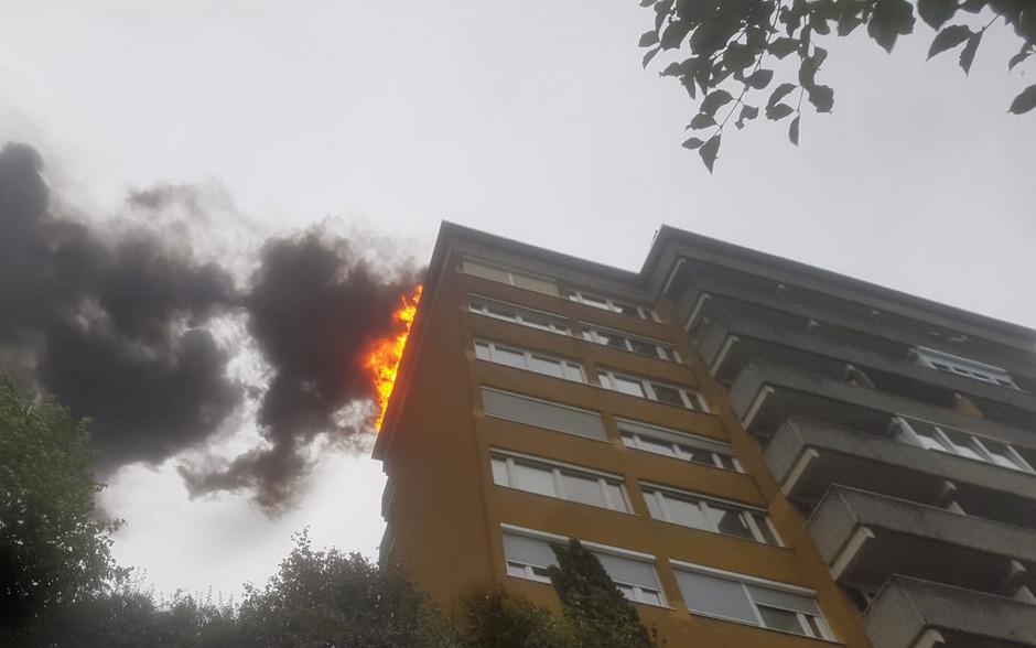 Bei Flämmarbeiten fing das Dach eines Hochhauses am Innsbrucker Innrain Feuer.