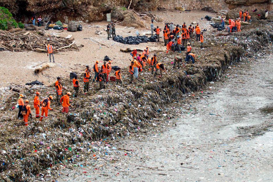 Freiwillige Helfer, Einsatzkräfte und Umweltschützer sammelten in den vergangenen Tagen den Müll ein.