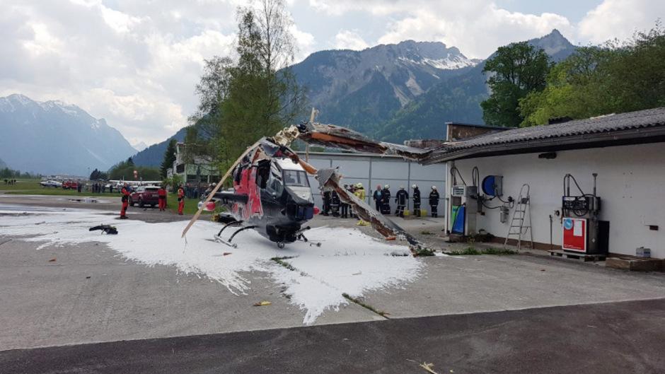 Der Pilot flog zur Tankstelle am Flughafen Höfen und stellte seine Bell Cobra ab. Da berührten die Rotorblätter das Dach des Gebäudes.