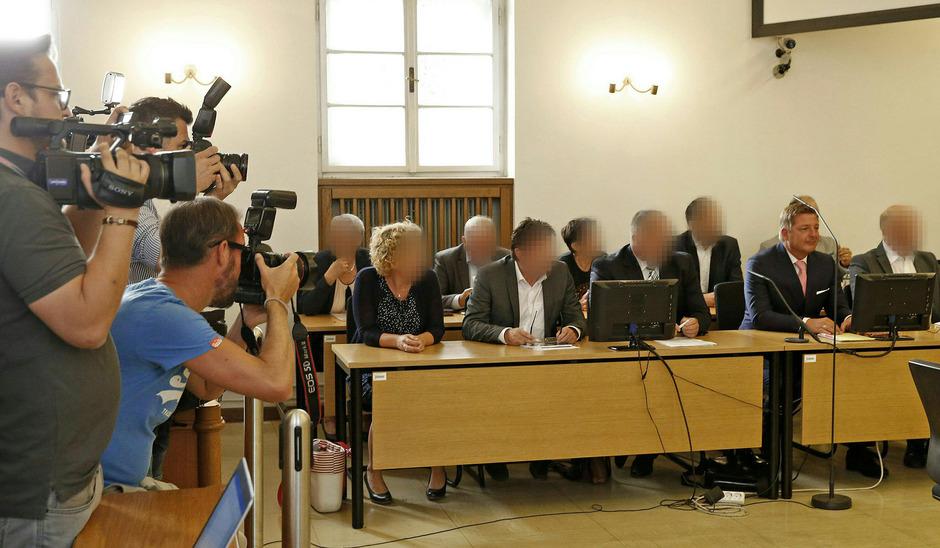 Der Villacher Bürgermeister Günther Albel (2.v.r.) und weitere Angeklagte am Donnerstag vor Beginn des Prozesses wegen Unregelmäßigkeiten bei der später aufgehobenen Bundespräsidenten-Stichwahl.