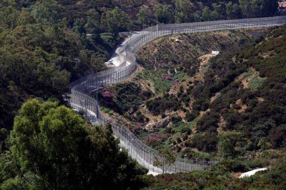 Der Grenzzaun der spanischen Enklave Ceuta an der Meerenge von Gibraltar.