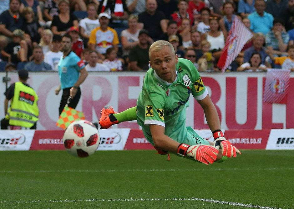 LASK-Goalie Alexander Schlager musste gleich drei Mal hinter sich greifen.