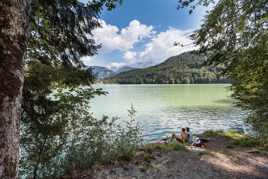 Eine spektakuläre Kulisse: Der Wilde und der Zahme Kaiser gucken hinter der Waldlandschaft des Hechtsees hervor.