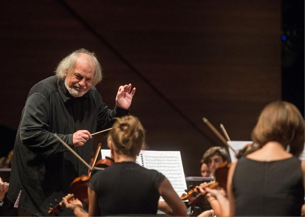 Von seinem Mentor Gustav Kuhn (hier bei der Eröffnung der Festspiele Erl Anfang Juli 2018) hat Leisner das Dirigentenhandwerk gelernt.