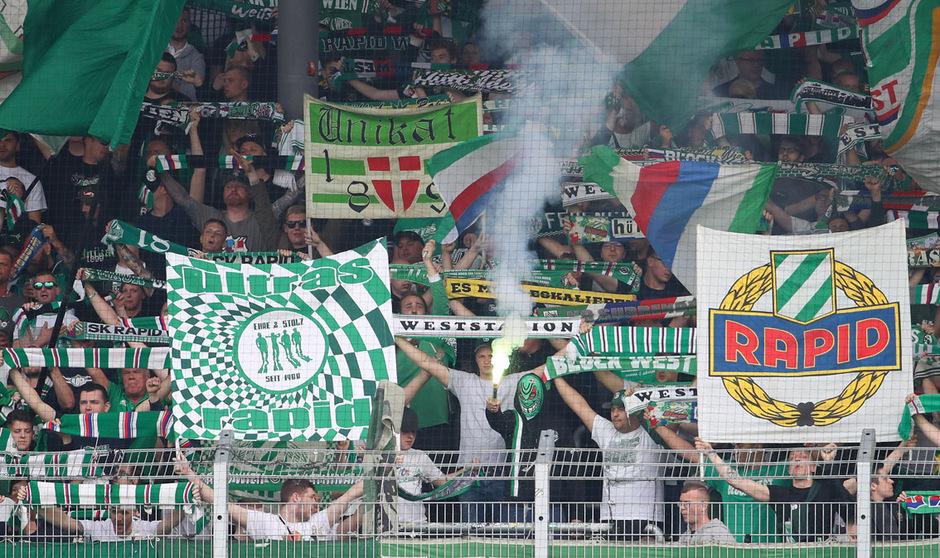 Die Rapid-Anhängerschaft ist in Bratislava nur im Stadion geduldet.