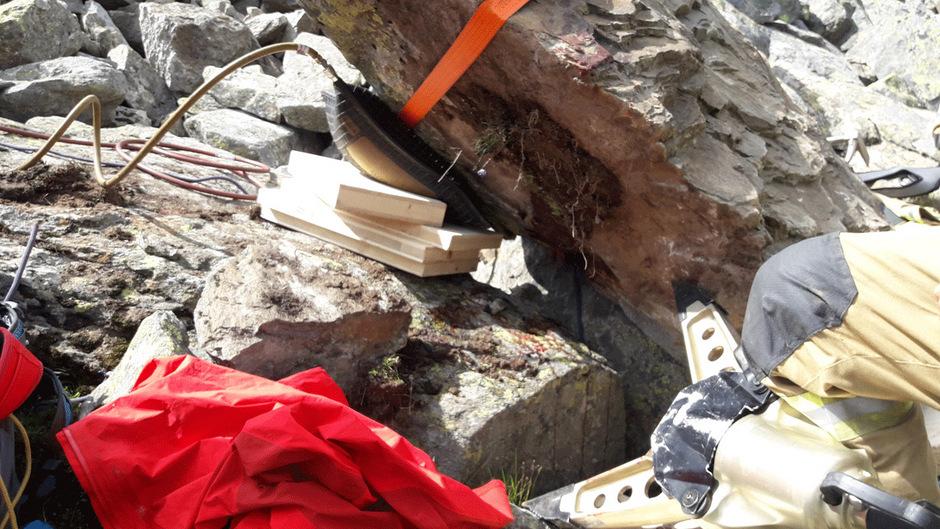 Der Felsen musste von Feuerwehr und Bergrettung erst angehoben werden, bevor der Wanderer befreit werden konnte.