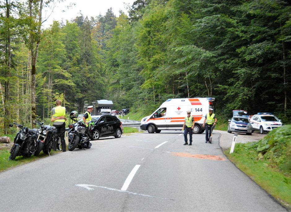 Ein Überholmanöver auf der Thierseestraße endete für drei Biker im Krankenhaus.