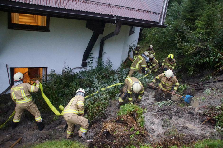 Schlammmassen trafen am Mittwochabend ein Hotel in Fügenberg.