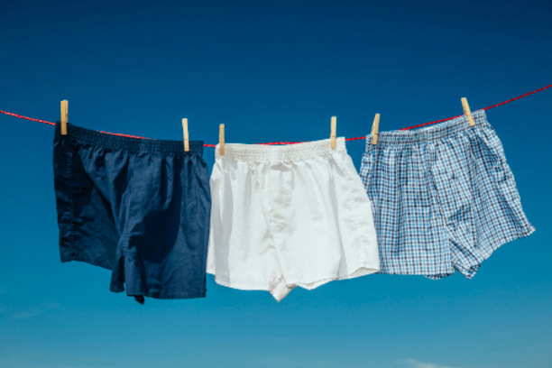 """Immer schön locker bleiben. So lautet die klare Kaufempfehlung in Sachen Männerunterwäsche. Denn Männer, die häufig Boxershorts tragen, haben nicht nur 17 Prozent mehr Spermien als Geschlechtsgenossen in knappen Slips. Bei ihnen ist auch der Anteil der schwimmenden Spermien höher. Das haben Forscher aus Boston (USA) herausgefunden, die 650 Männer mit unerfülltem Kinderwunsch untersucht haben.<span class=""""TT11_Fotohinweis"""">Foto: iStock</span>"""