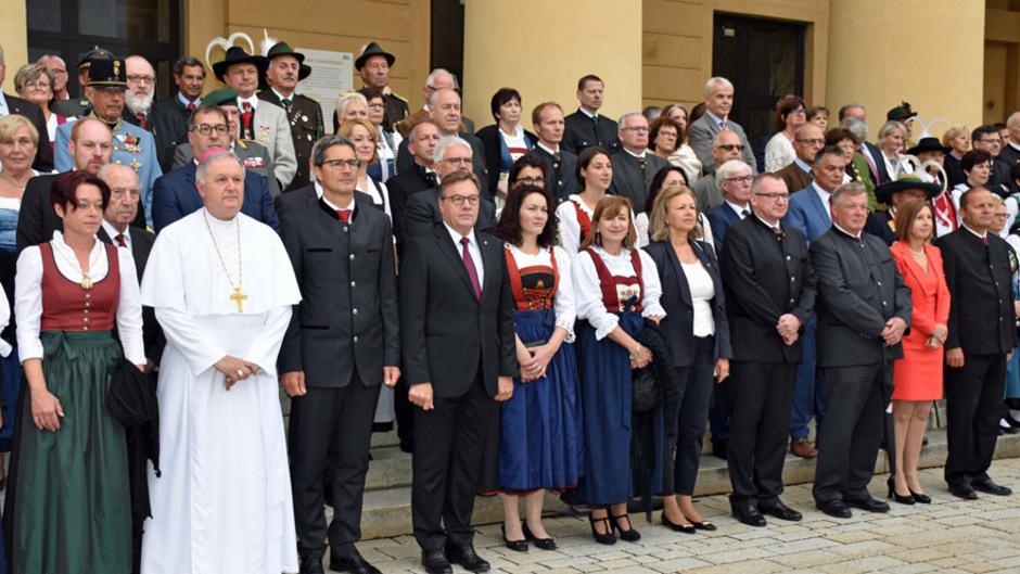 LH Platter und LH Kompatscher mit Mitgliedern der Tiroler und Südtiroler Landesregierungen und Abt Schreier.
