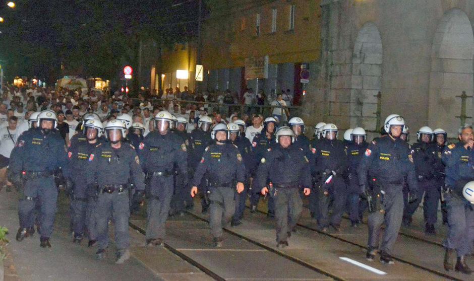 Die Polizei eskortierte die Slovan-Anhänger durch Wien - mit mäßigem Erfolg.