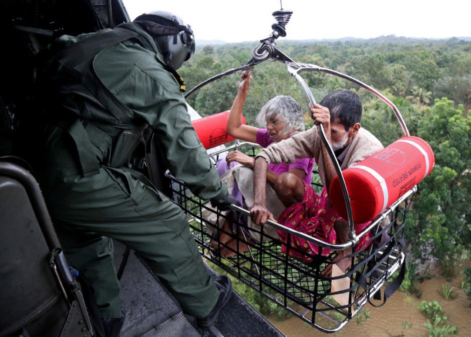 Dutzende Marinehubschrauber brachten bei teils lebensgefährlichen Einsätzen im südindischen Bundesstaat Kerala Menschen von Häuserdächern und abgelegenen Gebieten in Sicherheit.