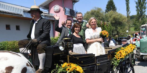 Das Brautpaar und ihre Trauzeugen fuhren bei schönstem Sommerwetter mit der Kutsche durch Gamlitz.