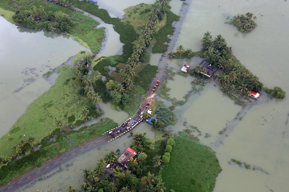 Mehr als 100.000 Menschen waren durch die Wassermassen von der Außenwelt abgeschnitten.
