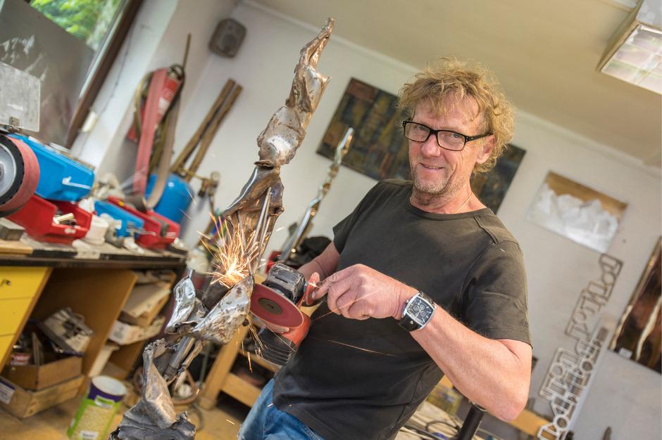 """Der künstlerische Tausendsassa: Anton Amort flext nicht nur seine Skulpturen in Form, er """"zeichnet"""" mit dem Winkelschleifer auch Bilder (siehe Foto im Artikel)."""