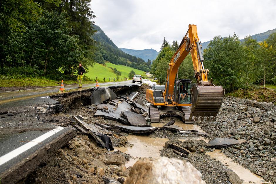 Aufräumarbeiten in Saalbach-Hinterglemm am Freitag.