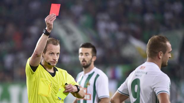 Schiedsrichter William Collum zeigt Veton Berisha (Rapid) die rote Karte.