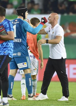 Rapid-Trainer Djuricin bedankte sich nach Abpfiff bei Goalie Strebinger.
