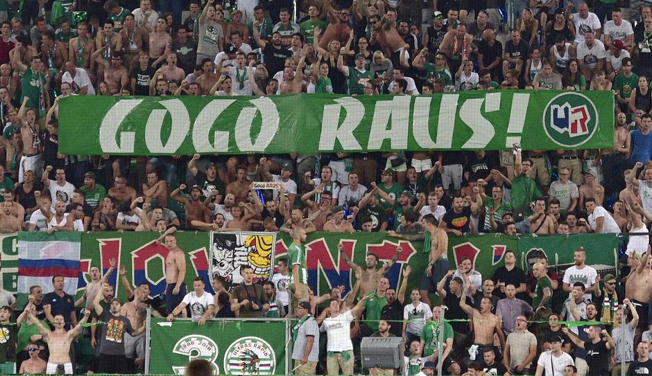 """Mit """"Gogo raus!""""-Plakaten und -Rufen sorgten die Rapid-Fans für Unruhe."""
