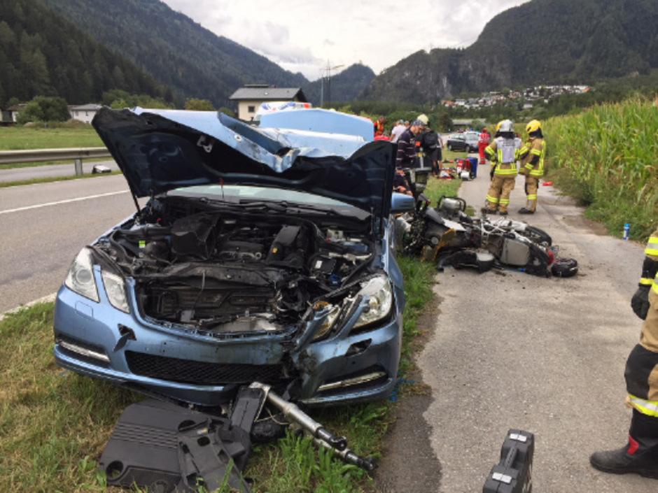 Der Motorradfahrer wurde von einem entgegenkommenden Auto erfasst. Er verstarb in der Klinik.