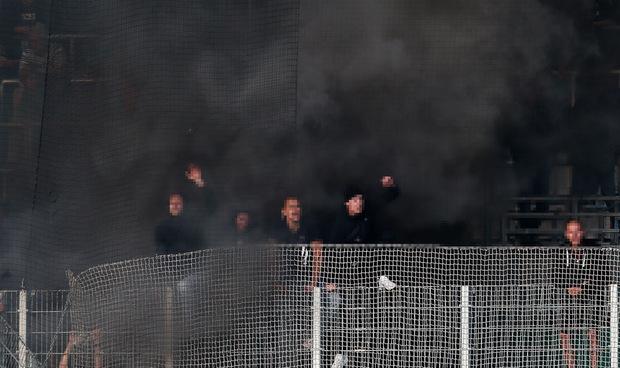 Die Wacker-Fans machten ihrem Unmut mit einer Rauchbombe Luft.