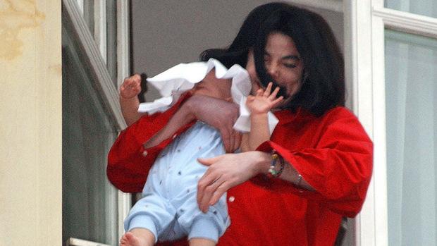 Dieses Bild ging um die Welt: Michael Jackson hielt seinen jüngsten Sohn in Berlin aus einem Hotelfenster und sorgte damit weltweit für Entsetzen.