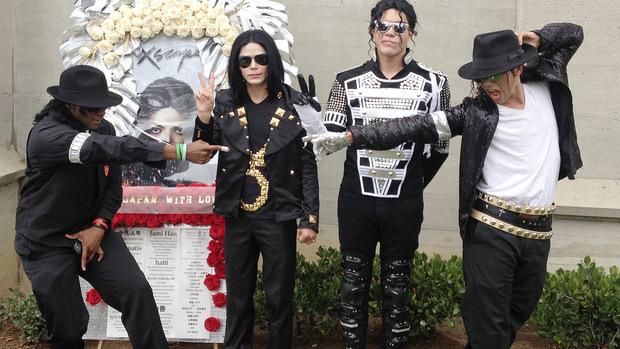 Jackson-Imitatoren würdigen ihr Idol.