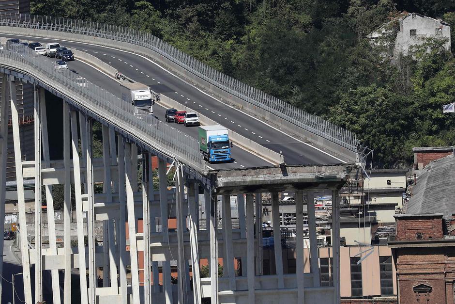 Während eines schweren Unwetters stürzte die Morandi-Brücke in mehr als 40 Metern Höhe auf einem etwa 100 Meter langen Stück ein.