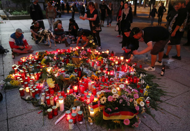 Blumen und Kerzen wurden am Tatort in der Chemnitzer Innenstadt niedergelegt.