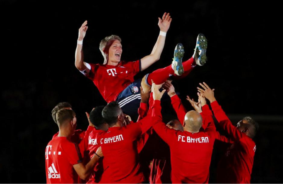 Bastian Schweinsteiger hat bei seinem Abschiedsspiel in München noch einmal das Trikot des FC Bayern mit der Nummer 31 getragen.